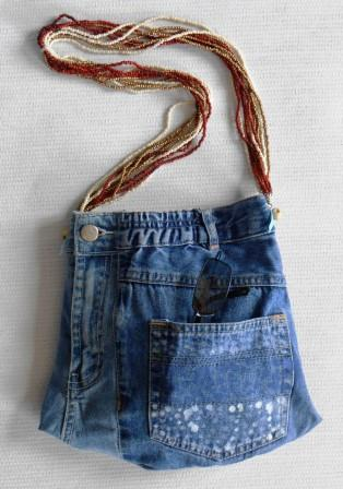 petit sac à main en jeans recyclé, très chic avec son anse de perles