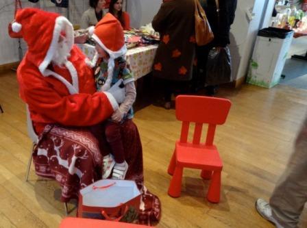 Voilà, parler du passé n'est pas faire un buzz, mais l'événement date d'un mois jour pour jour ! Yes, Noël ! Et j'ai envie de parler du marché qui a le mieux marché. De l'organisation la mieux organisée, de l'ambiance festive dans la  salle des fêtes des Baux Saint Croix : vin chaud, piñata, bougies. Ce 15 décembre était une journée colorée, chaleureuse, idéale pour s'imprégner de l'esprit de Noël et affronter le début de la nuit la plus longue de l'année. Merci La Fabrica Quoi pour tout cela.